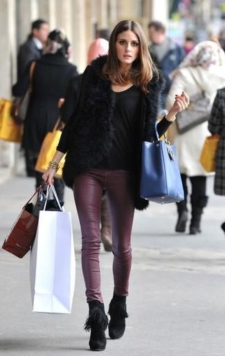 Tenue de Olivia Palermo: Gilet sans manches en fourrure noir, T-shirt à manche longue noir, Pantalon slim en cuir bordeaux, Bottines en daim à franges noires