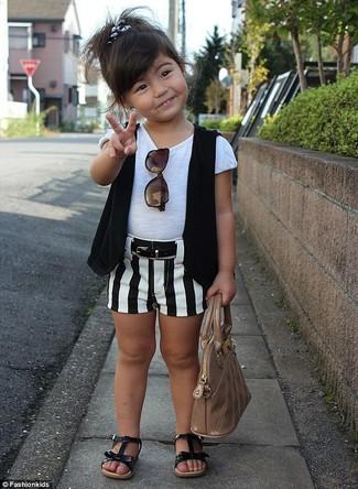 Comment porter: gilet sans manches noir, t-shirt blanc, short blanc et noir, sandales noires