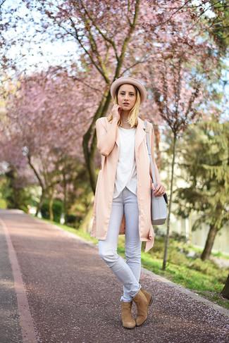 Comment porter: gilet sans manches rose, top sans manches blanc, jean skinny gris, bottines chelsea en daim marron clair