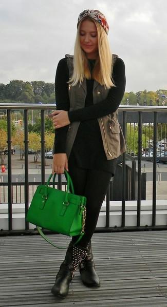 Marie un gilet sans manches en denim gris foncé avec des leggings noirs pour créer un look génial et idéal le week-end. Apportez une touche d'élégance à votre tenue avec une paire de des bottes mi-mollet en cuir à clous noires.