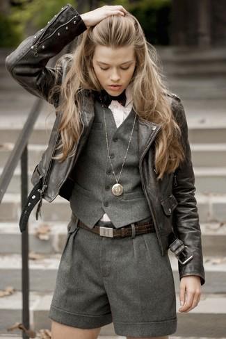 Comment porter: gilet sans manches en laine gris foncé, veste motard en cuir marron foncé, chemise de ville à rayures verticales rose, short en laine gris foncé