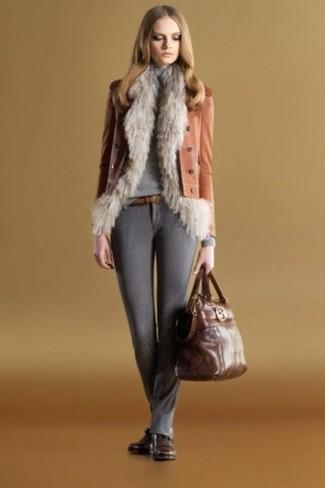 Comment porter: gilet sans manches en fourrure gris, veste motard en cuir tabac, pull à col roulé gris, pantalon slim en laine gris foncé