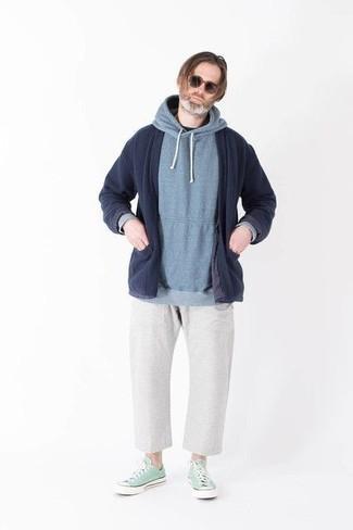 Tendances mode hommes: Essaie d'associer un gilet bleu marine avec un pantalon chino blanc pour un look de tous les jours facile à porter. Une paire de des baskets basses en toile vert menthe est une option génial pour complèter cette tenue.