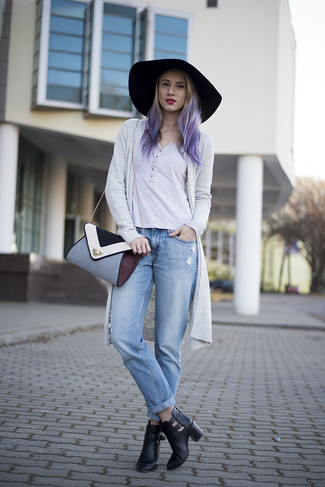 Comment porter un t-shirt à col boutonné avec un jean boyfriend: Pense à porter un t-shirt à col boutonné et un jean boyfriend pour une tenue relax mais stylée. Cette tenue est parfait avec une paire de des bottines en cuir découpées noires.