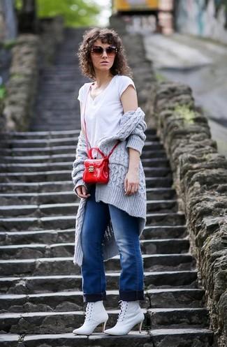 Comment porter: gilet en tricot gris, t-shirt à col en v blanc, jean bleu, bottines à lacets en cuir blanches