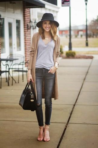 Comment porter: gilet en tricot marron clair, t-shirt à col en v gris, jean skinny déchiré gris foncé, sandales à talons en cuir marron clair