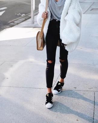 Tenue: Gilet épaisse blanc, T-shirt à col en v gris, Jean skinny déchiré noir, Baskets basses noires et blanches