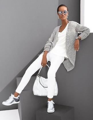 Comment porter: gilet en tricot gris, t-shirt à col en v blanc, jean skinny blanc, chaussures de sport argentées