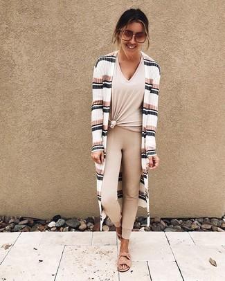 Comment porter: gilet à rayures horizontales blanc, t-shirt à col en v beige, leggings beiges, sandales plates en daim roses