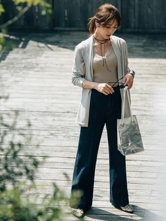 Comment porter: gilet gris, t-shirt à col en v beige, pantalon large en denim bleu marine, bottines en cuir imprimées serpent grises