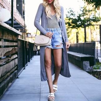 Comment porter: gilet gris, t-shirt à col en v à rayures horizontales blanc et noir, short en denim déchiré bleu clair, sandales plates en cuir blanches