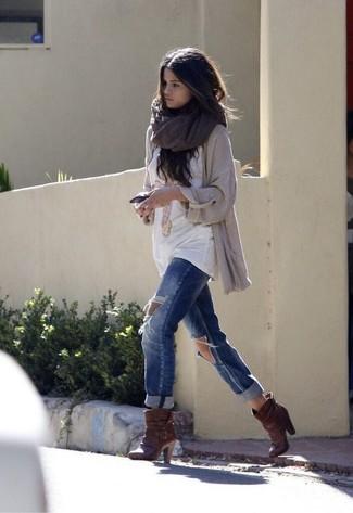 Tenue de Selena Gomez: Gilet en tricot beige, T-shirt à col rond imprimé blanc, Jean boyfriend déchiré bleu, Bottines en cuir marron foncé