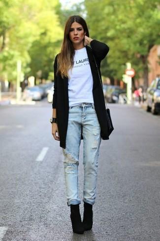 Choisis pour le confort dans un gilet noir et un jean boyfriend bleu clair. D'une humeur audacieuse? Complète ta tenue avec une paire de des bottines en daim noires.