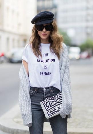 Comment porter: gilet gris, t-shirt à col rond imprimé blanc, jean gris foncé, pochette en cuir blanche et noire