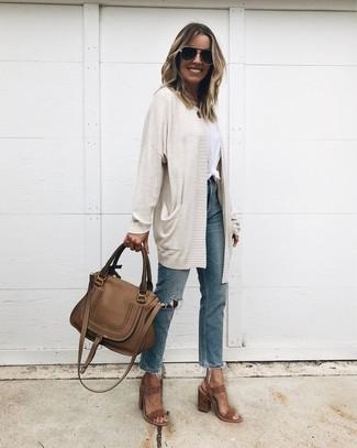 Comment porter: gilet beige, t-shirt à col rond blanc, jean déchiré bleu, sandales à talons en daim marron