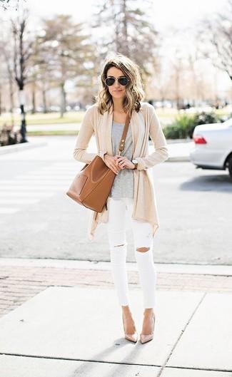 Comment porter: gilet beige, t-shirt à col rond gris, jean skinny déchiré blanc, escarpins en cuir beiges