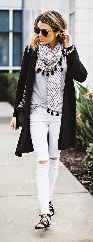 Comment porter: gilet noir, t-shirt à col rond gris, jean skinny déchiré blanc, sandales spartiates en daim noires