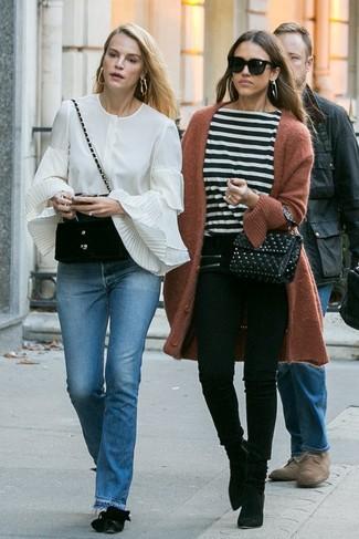 Associe un gilet marron avec une pochette en cuir matelassée noire femmes Rebecca Minkoff pour un look idéal le week-end. Une paire de des bottines en daim noires apportera une esthétique classique à l'ensemble.