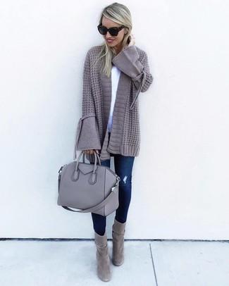 Comment porter: gilet en tricot gris, t-shirt à col rond blanc, jean skinny déchiré bleu marine, bottines en daim grises