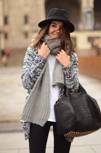 Comment porter: gilet en tricot gris, t-shirt à col rond blanc, jean skinny noir, sac fourre-tout en cuir à clous noir et doré