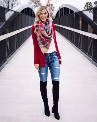 Comment porter: gilet rouge, t-shirt à col rond blanc, jean skinny déchiré bleu, cuissardes en daim noires