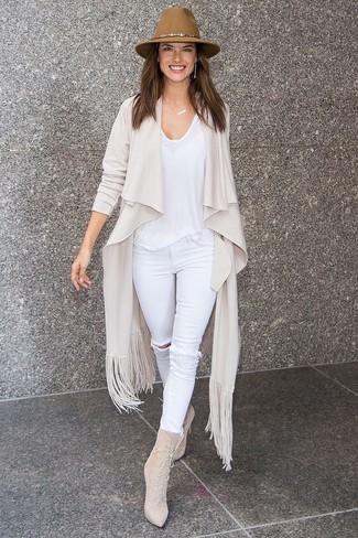 Comment porter: gilet beige, t-shirt à col rond blanc, jean skinny déchiré blanc, bottines à lacets en daim beiges