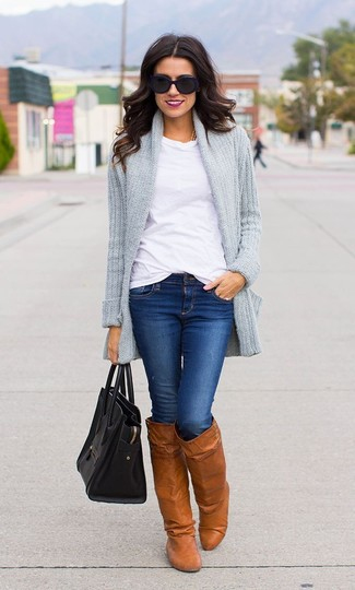 Pense à associer un gilet en tricot gris avec un jean skinny bleu pour une tenue confortable aussi composée avec goût. Une paire de des bottes hauteur genou en cuir tabac Salvatore Ferragamo est une façon simple d'améliorer ton look.