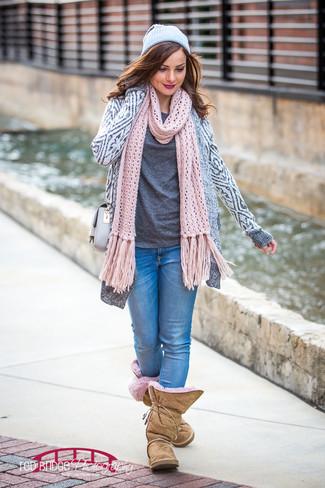 Comment porter: gilet géométrique gris, t-shirt à col rond gris foncé, jean skinny bleu, bottes ugg marron clair
