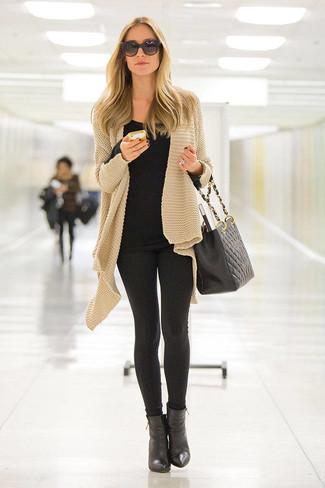 Comment porter: gilet en tricot marron clair, t-shirt à col rond noir, leggings noirs, bottines en cuir noires
