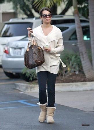 Comment porter: gilet blanc, t-shirt à col rond blanc, leggings gris foncé, bottes ugg beiges