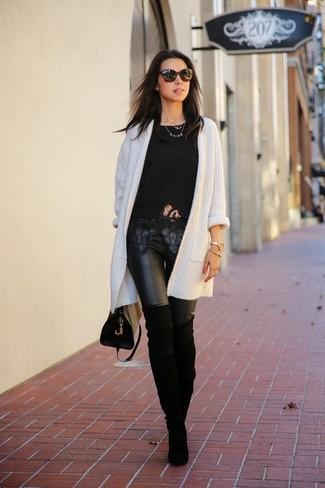 Ce combo d'un gilet en tricot blanc et de leggings en cuir noirs dégage une impression très décontractée et accessible. D'une humeur audacieuse? Complète ta tenue avec une paire de des cuissardes en daim noires.