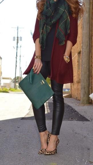 Opte pour un gilet bordeaux avec des leggings en cuir noirs pour un look confortable et décontracté. Ajoute une paire de des escarpins en daim imprimés léopard bruns clairs à ton look pour une amélioration instantanée de ton style.