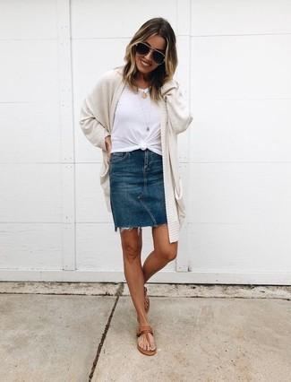Comment porter: gilet beige, t-shirt à col rond blanc, minijupe en denim bleu marine, tongs en cuir marron