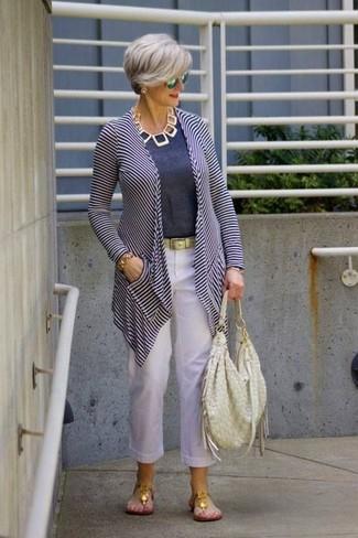 Comment porter: gilet à rayures horizontales blanc et bleu marine, t-shirt à col rond bleu marine, pantalon carotte en lin blanc, tongs dorées