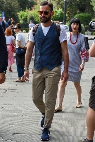 Comment porter un pantalon chino marron clair: Fais l'expérience d'un style classique avec un gilet bleu marine et un pantalon chino marron clair. Une paire de des chaussures de sport bleu marine apportera un joli contraste avec le reste du look.