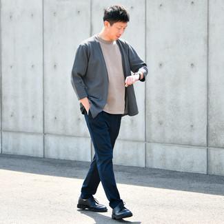 Comment s'habiller en automne: Choisis un gilet gris foncé et un pantalon chino bleu marine pour une tenue confortable aussi composée avec goût. Une paire de chaussures derby en cuir bleu marine rendra élégant même le plus décontracté des looks. On trouve que pour pour les journées automnales cette tenue est idéale et très sympa.