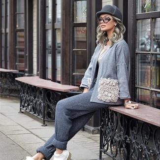 Ce combo d'un gilet gris et d'un pantalon de jogging gris femmes Tommy Hilfiger dégage une impression très décontractée et accessible. Fais d'une paire de des slippers en cuir blancs ton choix de souliers pour afficher ton expertise vestimentaire.