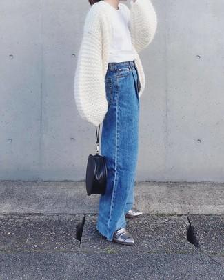 Comment porter: gilet en tricot blanc, t-shirt à col rond blanc, pantalon large en denim bleu, slippers en cuir argentés