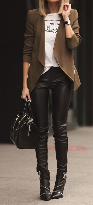 Comment porter: gilet marron, t-shirt à col rond imprimé blanc et noir, pantalon slim en cuir noir, bottines en cuir ornées noires
