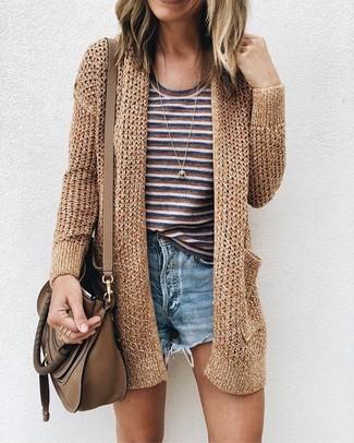 Comment porter un short en denim bleu clair: Pense à porter un gilet en tricot doré et un short en denim bleu clair pour une tenue confortable aussi composée avec goût.