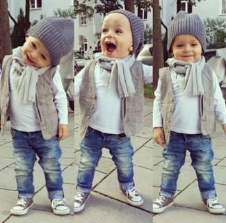 Comment porter: gilet gris, t-shirt à manche longue blanc, jean bleu, baskets grises