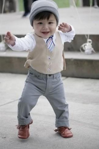 Comment porter: gilet beige, t-shirt à manche longue blanc, jean gris, chaussures richelieu marron