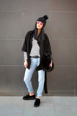 Comment porter: gilet noir, t-shirt à manche longue à rayures horizontales blanc et noir, jean bleu clair, mocassins plateforme en daim noirs