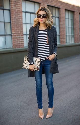 Essaie de marier un gilet en tricot gris foncé avec un jean skinny bleu pour une tenue raffinée mais idéale le week-end. Une paire de des escarpins en cuir beiges est une façon simple d'améliorer ton look.