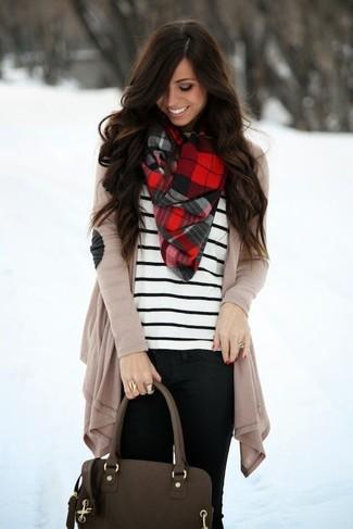 Pense à marier un gilet beige avec un jean skinny noir pour une tenue raffinée mais idéale le week-end.
