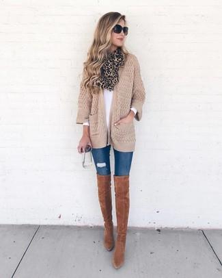 Comment porter: gilet en tricot marron clair, t-shirt à manche longue blanc, jean skinny déchiré bleu, cuissardes en daim tabac