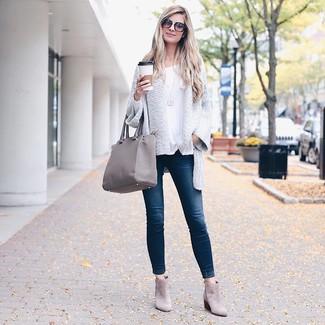 Comment porter: gilet en tricot blanc, t-shirt à manche longue blanc, jean skinny bleu marine, bottines en daim grises