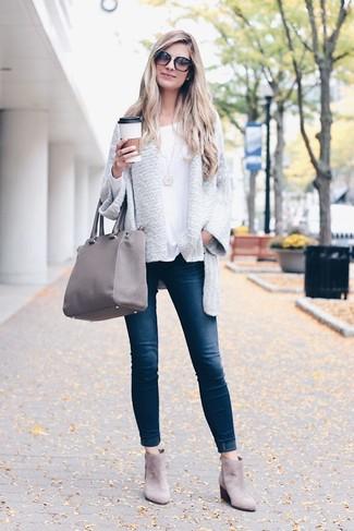 Comment porter: gilet gris, t-shirt à manche longue blanc, jean skinny bleu marine, bottines chelsea en daim grises