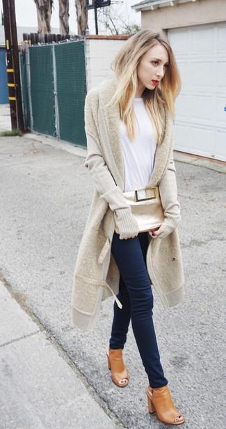 Associe un t-shirt à manche longue blanc avec un jean skinny bleu marine pour obtenir un look relax mais stylé. Transforme-toi en bête de mode et fais d'une paire de des bottines en cuir découpées brunes claires ton choix de souliers.