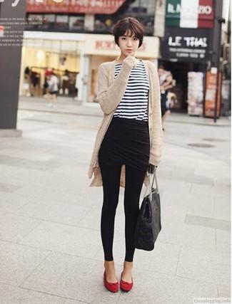 Comment porter: gilet beige, t-shirt à manche longue à rayures horizontales blanc et bleu marine, minijupe noire, leggings noirs